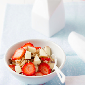 strawberreis and apples with oatmeal
